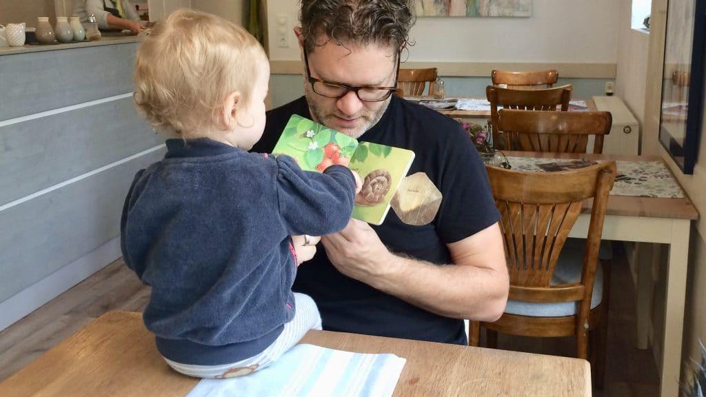 Papa liest Bilderbuch vor